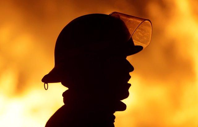 Un bombero en los incendios de Chile