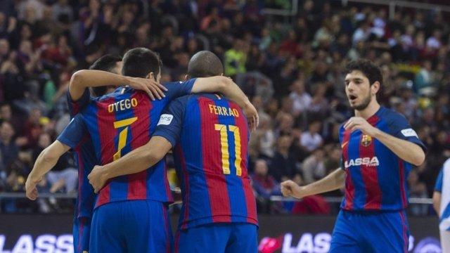 El FC Barcelona Lassa celebra la goleda ante Jumilla
