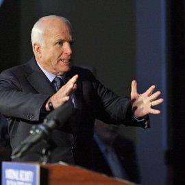 El senador republicano John McCain contradice a Trump y asegura que México no pagará el muro