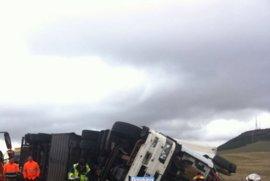 Los bomberos rescatan en Valladolid a un camionero atrapado tras un vuelco