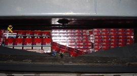Intervenidas en La Línea (Cádiz) 15.000 cajetillas de tabaco de contrabando en el doble fondo de un furgón