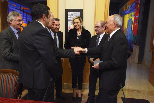 Responsables del Gobierno de Aragón y de la empresa en la firma del convenio.