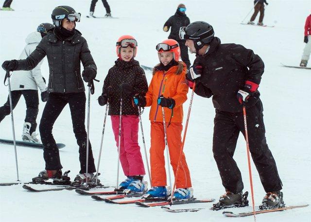 Los Reyes disfrutan de una jornada de esquí en Astún./ Europa Press