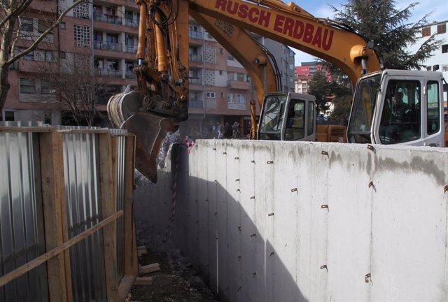 Excavadoras serbias derriban el muro de Mitrovica