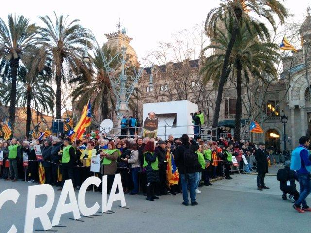Manifestación por el juicio del 9N a Artur Mas, Joana Ortega e Irene Rigau