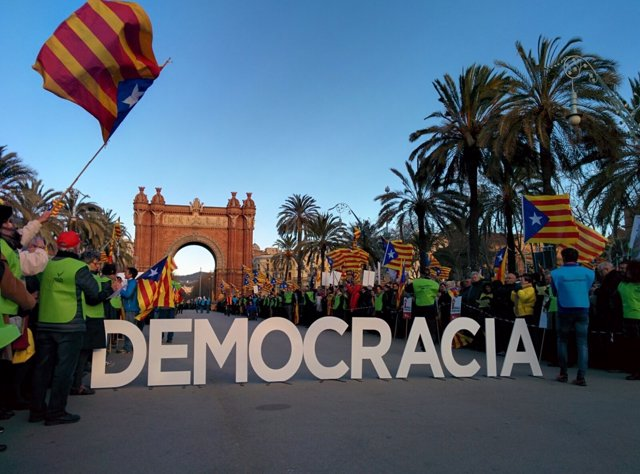 Manifestación por el juicio del 9N contra Artur Mas, Joana Ortega e Irene Rigau
