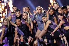 Lady Gaga se eleva sobre el escenario de la Super Bowl con un mensaje de inclusión