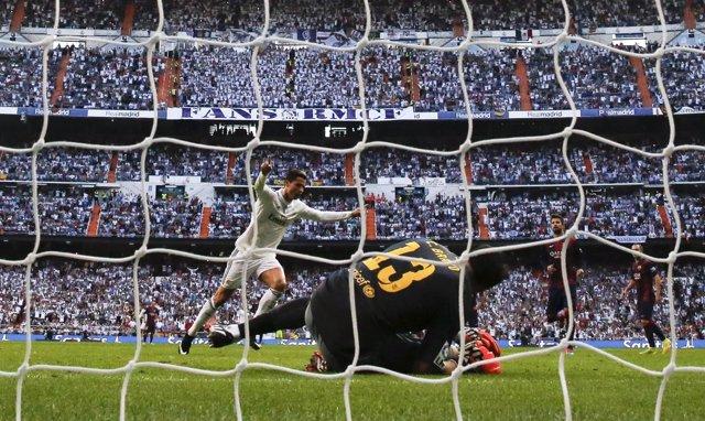 Ronaldo bate a Bravo con un penalti en clásico Madrid Barça