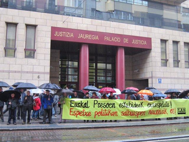 Concentración De LAB Ante Los Juzgados En Bilbao