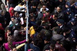 Inmigrantes protestan por su situación ante la visita de un ministro griego a un centro en Atenas