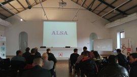 Una treintena de personas asisten a una jornada de selección de personal para la empresa de transportes ALSA