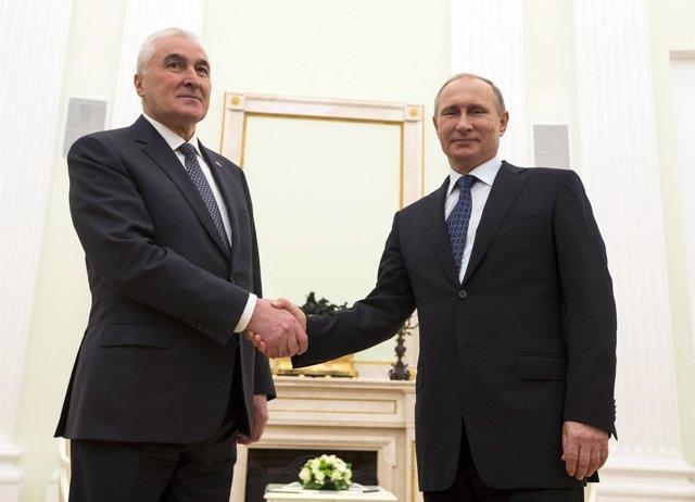 Putin y el presidente de Osetia del Sur, Leonid Tibilov