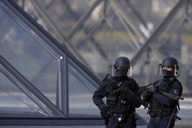 El sospechoso del ataque en el Louvre empieza a hablar con la Policía