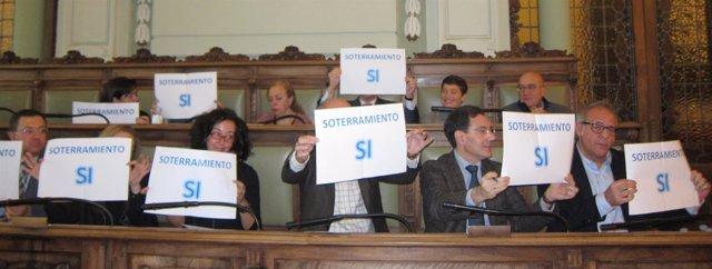 Concejales del PP muestran carteles a favor del soterramiento