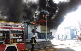Los bomberos de Córdoba trabajan en la extinción de un incendio en una nave industrial abandonada