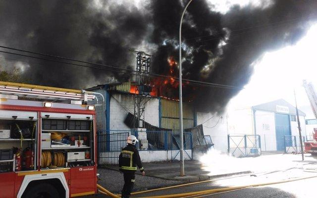 El incendio de la nave industrial a la llegada de los bomberos