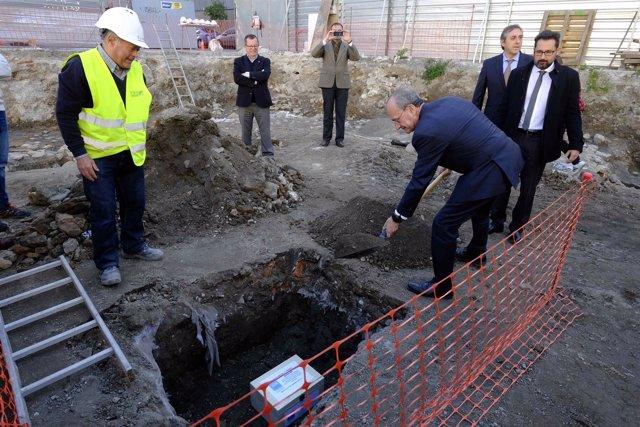 Alcalde de Málaga coloca primera piedra VPO calle calvo