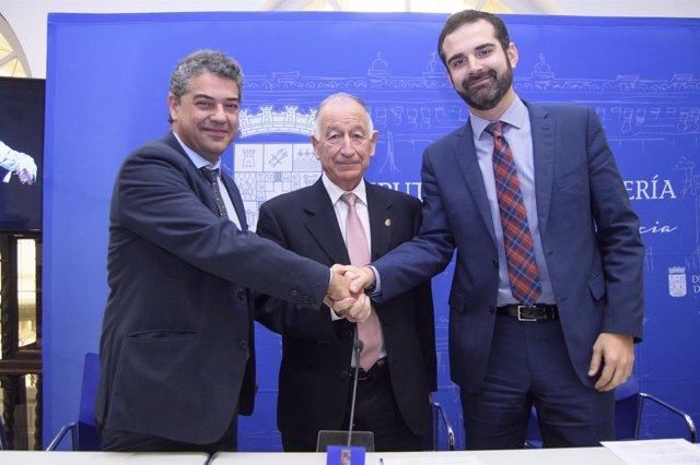 Los representantes de las cuatro administraciones en la firma del convenio.