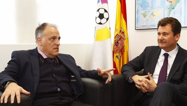 Javier Tebas, presidente de LaLiga, y Anatoliy Scherba, embajador de Ucrania