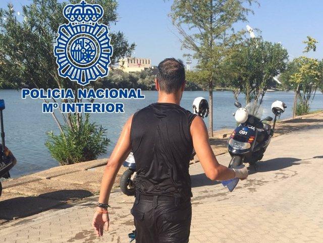 Policía salva a una mujer en el río Guadalquivir