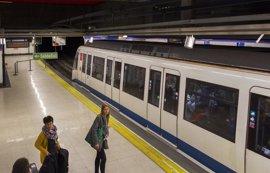 Metro destina personal a la estación de Avenida de América para facilitar el acceso de viajeros a la L4