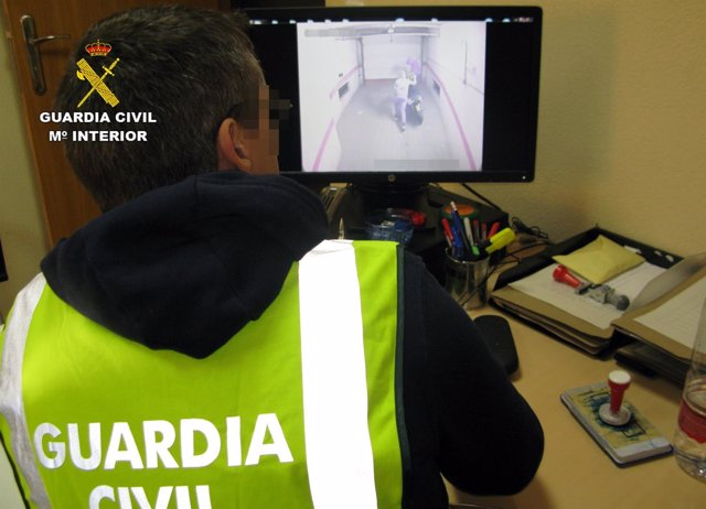 Un agente de la Guardia Civil observa el vídeo de uno de los robos