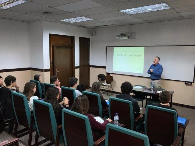 Sesión del programa de emprendeduría de la UAO CEU