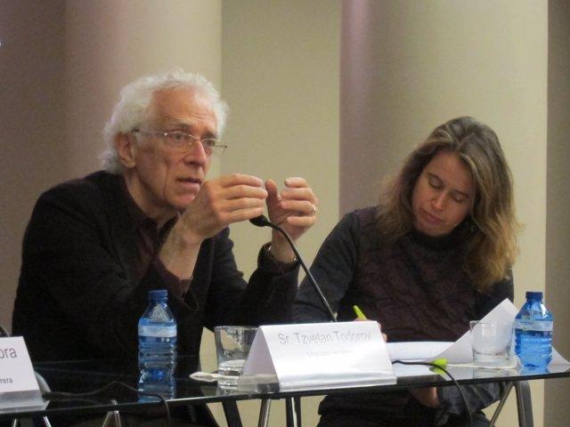 Tzvetan Todorov junto a su traductora