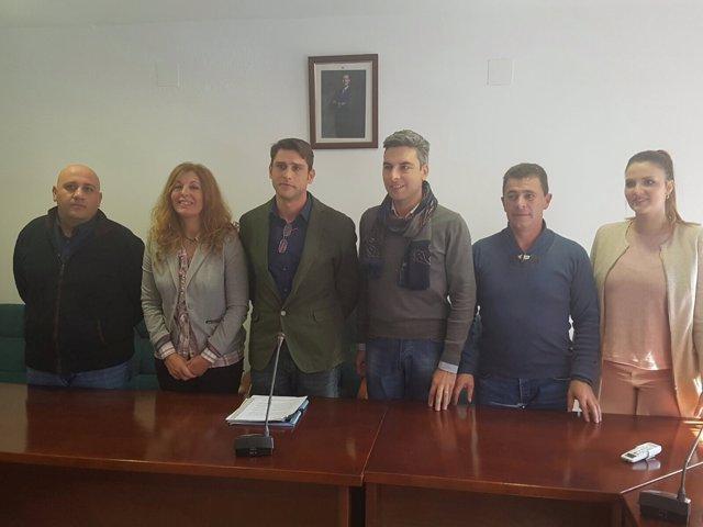 El nuevo alcalde de Obejo, Pedro López (3º izda.) con su equipo de gobierno