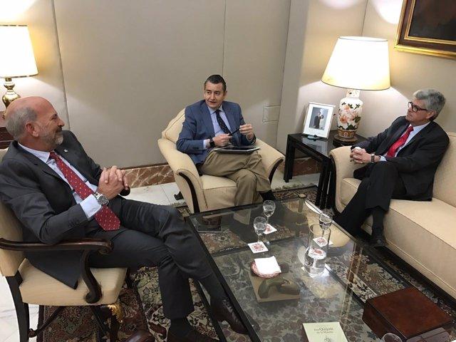 El delegado del Gobierno, Antonio Sanz, y Javier Landa (Zona Franca de Sevilla)