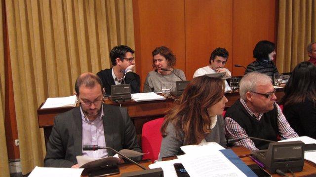 Pedro García conversa con Alba Doblas al fondo en el Pleno