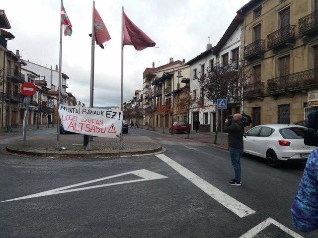"""Cartel en Alsasua: """"Montaje policial no. Dejadnos en paz"""""""
