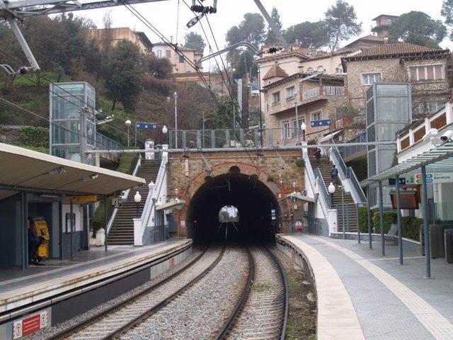 Montaje del ascensor en la estación de FGC La Floresta, en sentido Barcelona