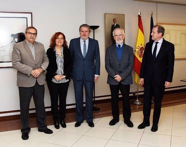 Representantes de la plataforma Seguir Creando con el ministro Méndez de Vigo