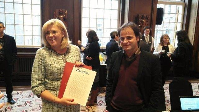 Jaume Asens y Corina Cretu con el manifiesto de Casa Nostra, Casa Vostra