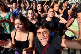 """Mujeres convocan un """"tetazo"""" tras la prohibición del topless en Argentina"""