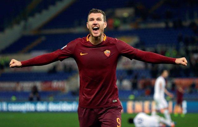 Edin Dzeko celebra un gol con la Roma