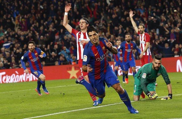 Luis Suárez celebra un gol ante el Atlético de Madrid en Copa