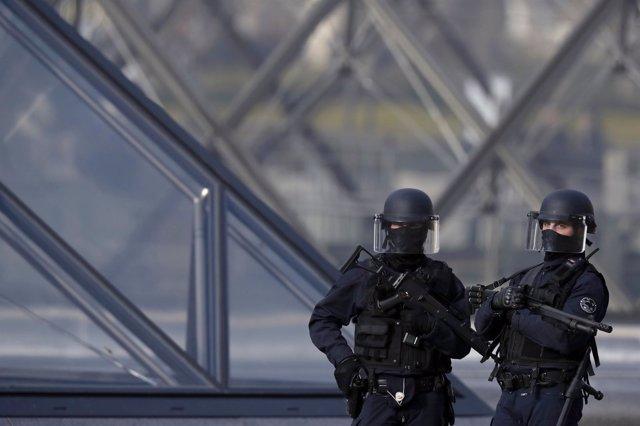 Policías de Francia vigilan la zona cercana al Louvre tras abatir a un hombre
