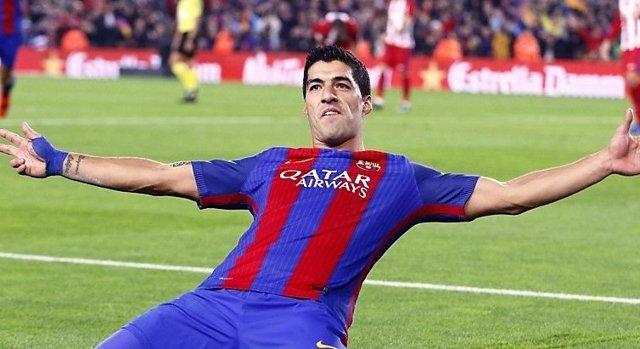 Luis Suárez celebra un gol con el Barça