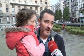 Padres de una niña bilbaína con síndrome Donahue piden revisar la supresión de ayudas para fisioterapia