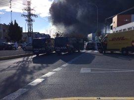 Un herido en el incendio de Paterna y se suspenden las clases en los colegios cercanos
