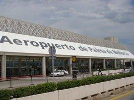 El Parlament pide que sea gratis aparcar en los aeropuertos durante la primera media hora