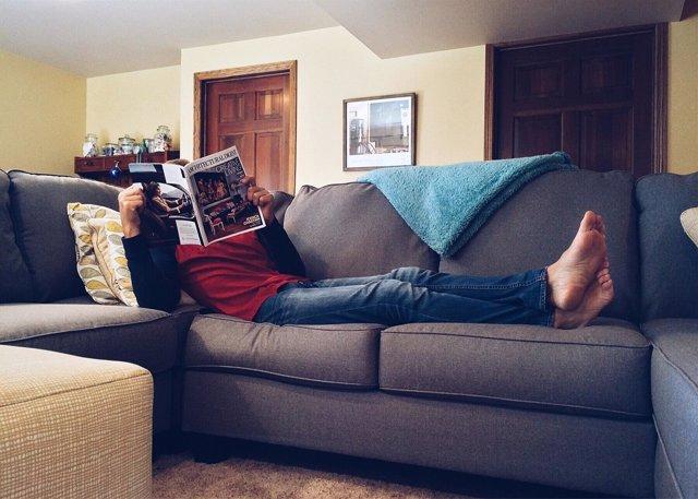 Hombre tumbado en el sofá, sedentarismo, descanso, relax