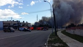 El incendio de Paterna, con llamas de hasta 50 metros, quema acetona que no produce nube tóxica