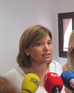 Isabel Bonig atendiendo a los medios de comunicación