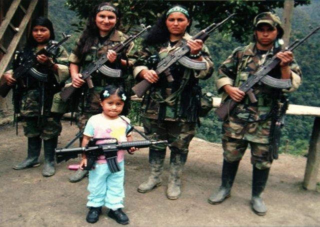 Niña con guerrilleras de las FARC