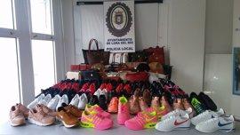 Sucesos.-Detenida una persona e incautados bolsos y zapatillas deportivas falsificadas en un mercadillo de Lora