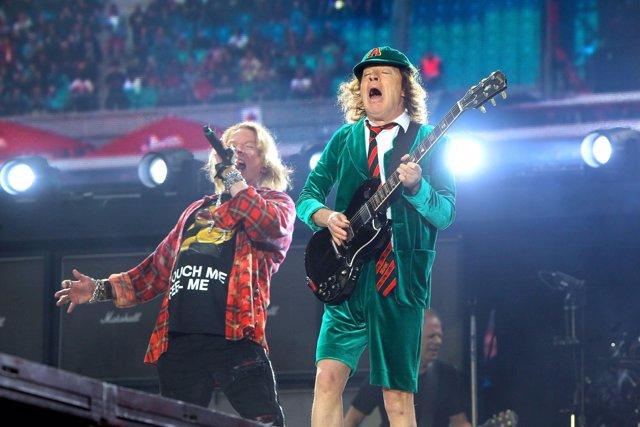 AC / DC. Sänger Axl Rose und Gitarrist Angus McKinnon Young ( AC/DC ) während ei