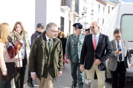 El alcalde de Estepa y Gil Toresano tratan la reciente ocupación de dos viviendas de un banco